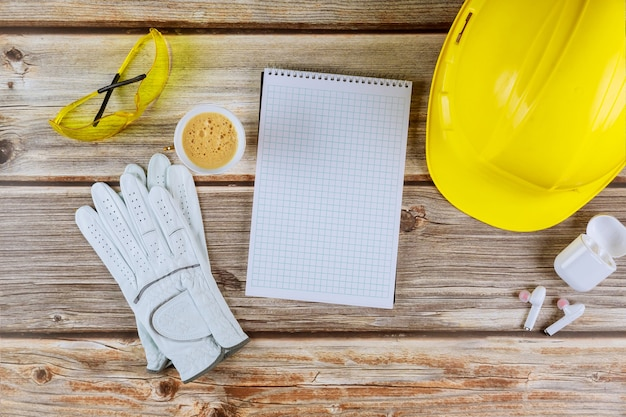Arquiteto ou engenheiro trabalhando na construção de escritório com capacete de segurança amarelo