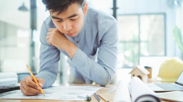 Arquiteto ou engenheiro trabalhando no escritório