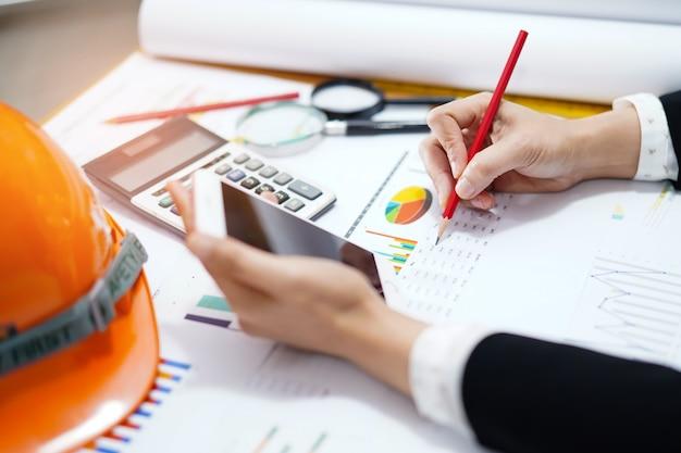 Arquiteto ou engenheiro trabalhando projeto contabilidade com gráfico.