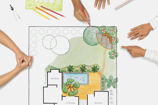 Arquiteto paisagista mudando o desenho na reunião com o cliente