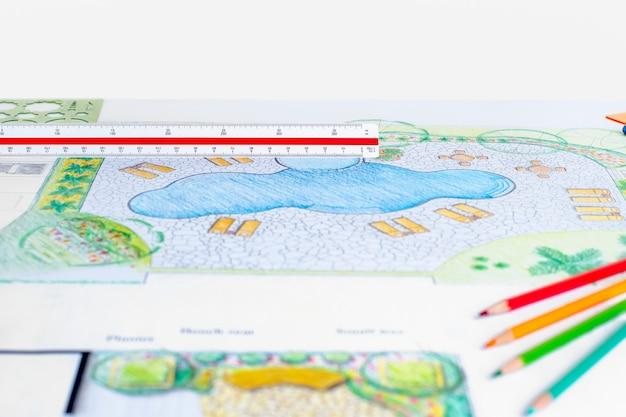 Arquiteto paisagista projeta planta de piscina no quintal do resort