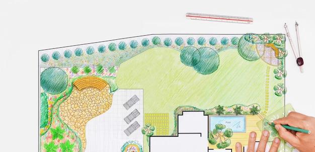 Arquiteto paisagista projeta planta de quintal para villa