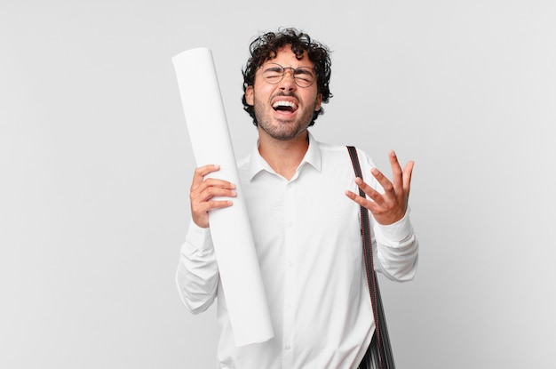 Arquiteto parecendo desesperado e frustrado, estressado, infeliz e irritado, gritando e gritando