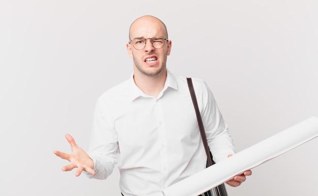 Arquiteto parecendo zangado, irritado e frustrado gritando wtf ou o que há de errado com você