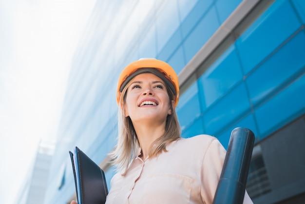 Arquiteto profissional mulher em pé ao ar livre