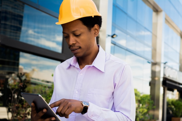 Arquiteto profissional no capacete com tablet.