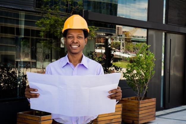 Arquiteto profissional que guarda modelos ao ar livre.