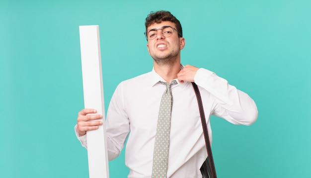 Arquiteto se sentindo estressado, ansioso, cansado e frustrado, puxando a gola da camisa, parecendo frustrado com o problema