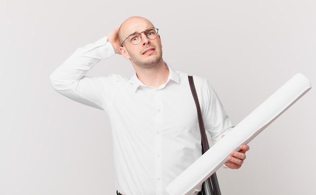 Arquiteto se sentindo estressado, preocupado, ansioso ou com medo, com as mãos na cabeça, entrando em pânico com o erro