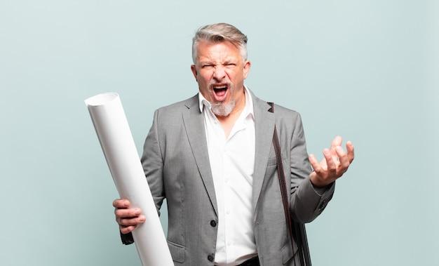 Arquiteto sênior parecendo irritado, irritado e frustrado gritando wtf ou o que há de errado com você