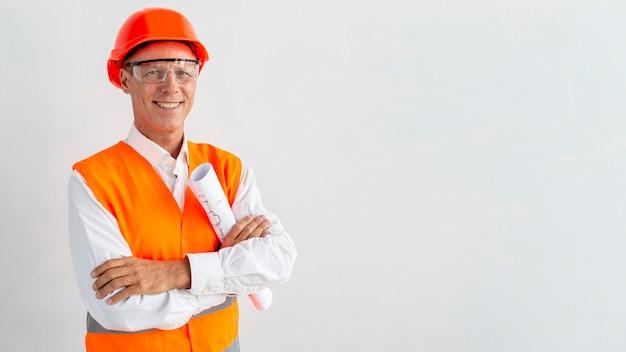 Arquiteto sorridente com fundo branco