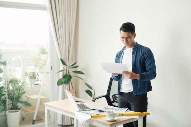 Arquiteto trabalhando em seu laptop no escritório