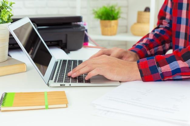 Arquiteto, trabalhando em seu laptop no escritório