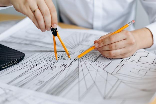 Arquiteto trabalhando na planta
