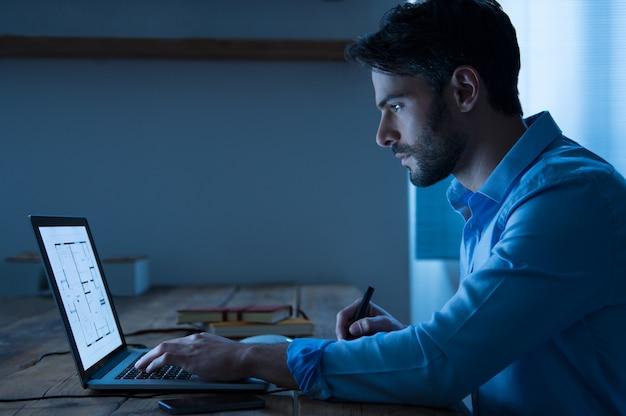 Arquiteto trabalhando no laptop