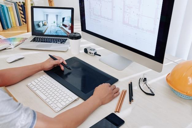 Arquiteto trabalhando no projeto