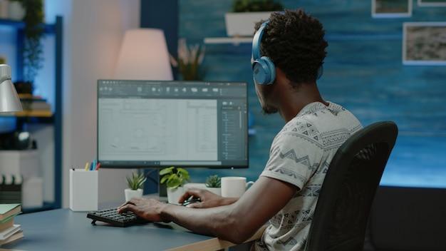 Arquiteto usando fones de ouvido e criando um plano de projeto