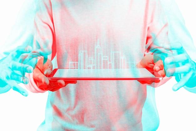 Arquiteto usando tecnologia de construção inteligente de tablet transparente em efeito de exposição de cor dupla