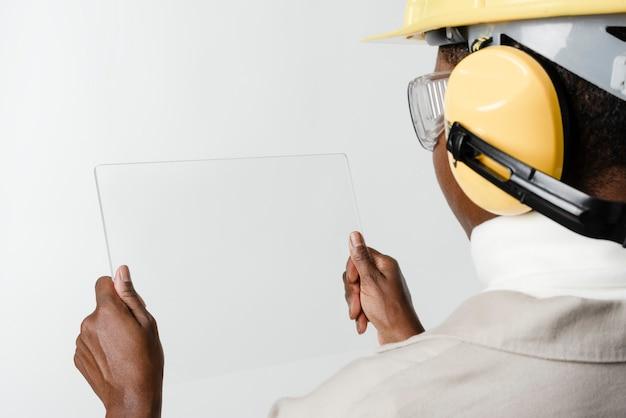 Arquiteto usando tecnologia de construção inteligente para tablet transparente