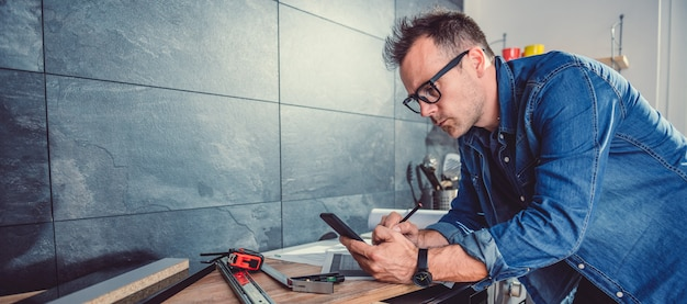 Arquiteto usando telefone inteligente