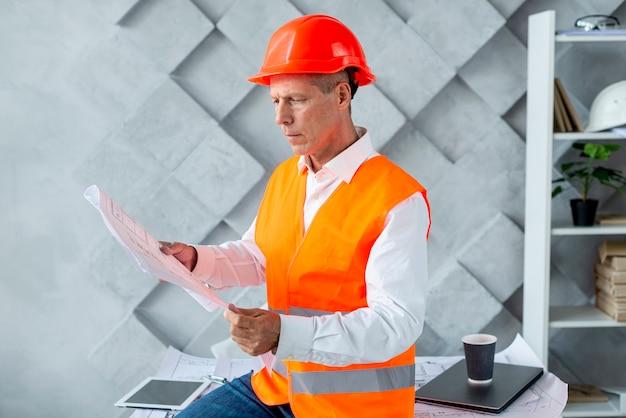 Arquiteto verificando novo projeto