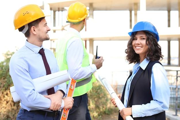 Arquitetos discutindo projeto de construção ao ar livre