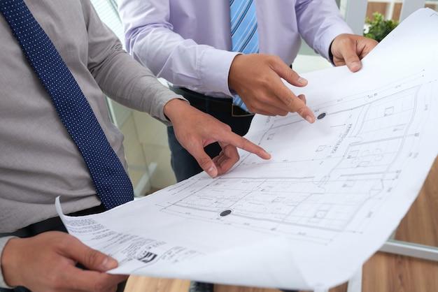 Arquitetos discutindo projeto de construção