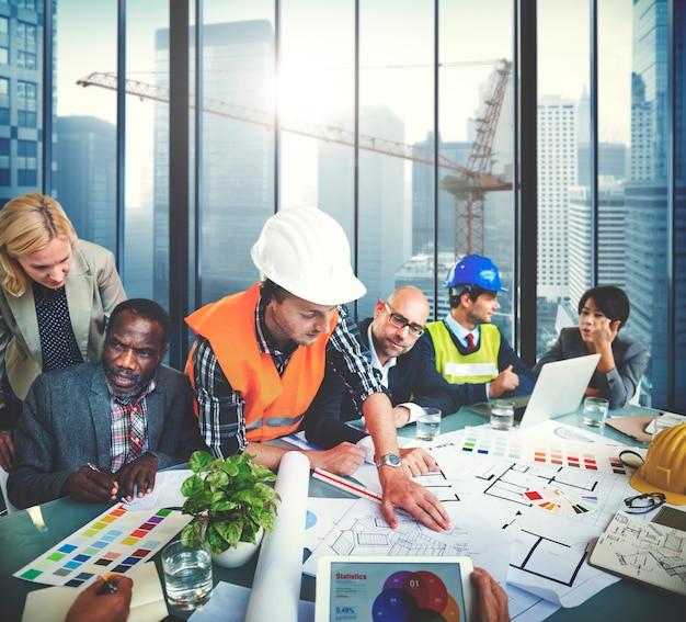 Arquitetos e designers trabalhando no conceito de escritório