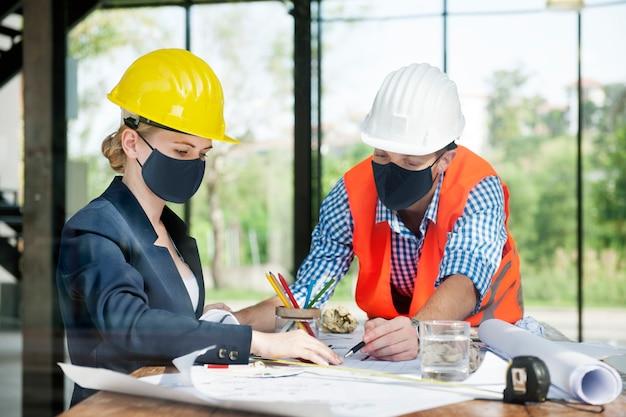 Arquitetos em construção de planejamento de máscara facial em novo normal