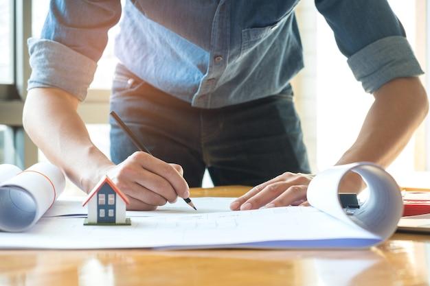 Arquitetos estão usando lápis projetando a casa