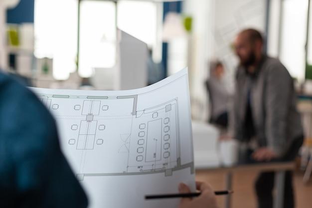 Arquitetos examinando planos de projetos para design