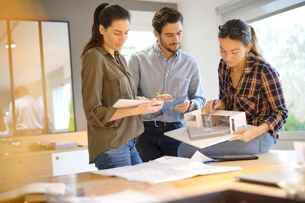 Arquitetos, olhando por cima do projeto para casa moderna