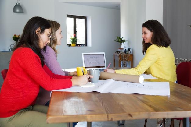 Arquitetos, trabalhando, com, desenhos, escrivaninha, em, escritório