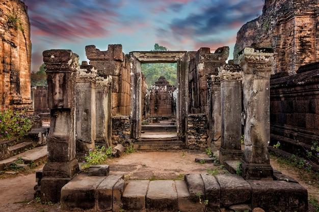 Arquitetura antiga do khmer no complexo de angkor wat, siem reap, camboja.