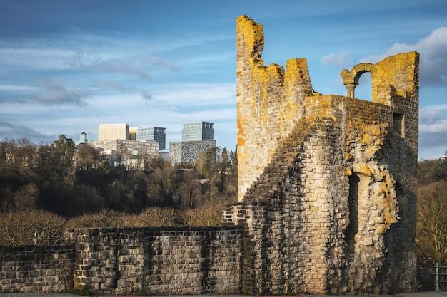 Arquitetura antiga e moderna em contraste na cidade do luxemburgo