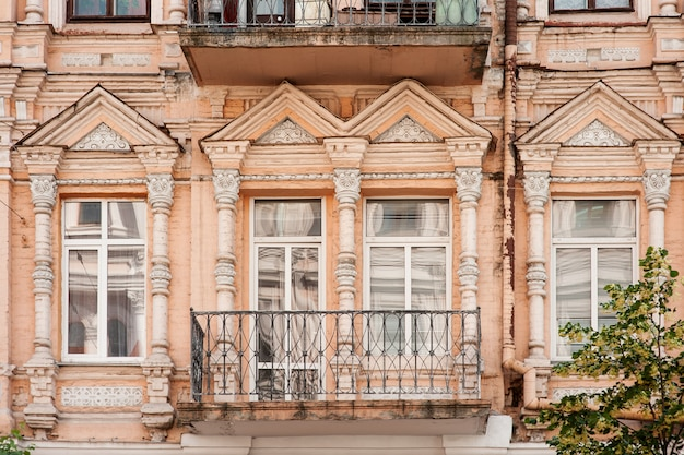 Arquitetura antiga edifício com janelas em estilo clássico