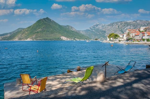 Arquitetura antiga, lindo mar e montanhas