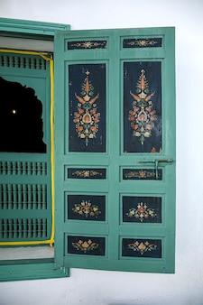 Arquitetura árabe na antiga medina. ruas, portas, janelas, detalhes. tânger, marrocos