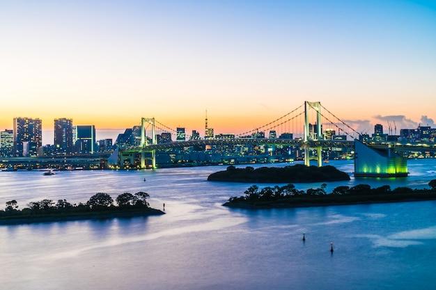 Arquitetura bonita construção de paisagem urbana da cidade de tóquio com ponte de arco-íris