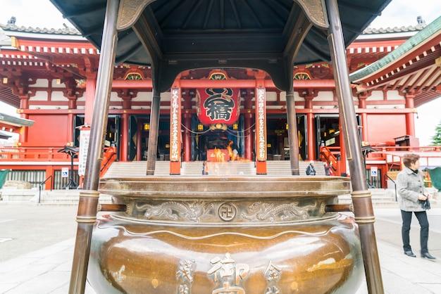 Arquitetura bonita no templo de sensoji em torno da área de asakusa no japão