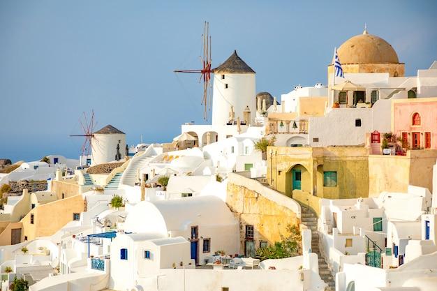 Arquitetura branca da vila de oia na ilha de santorini, grécia