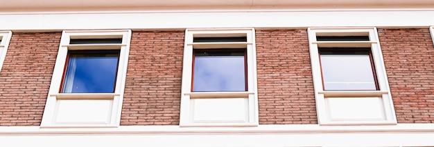 Arquitetura clássica fachada de tijolo de edifício antigo e fundo de detalhes arquitetônicos de janelas