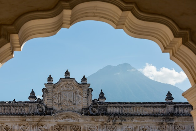 Arquitetura colonial na antiga cidade de antigua guatemala, américa central, guatemala