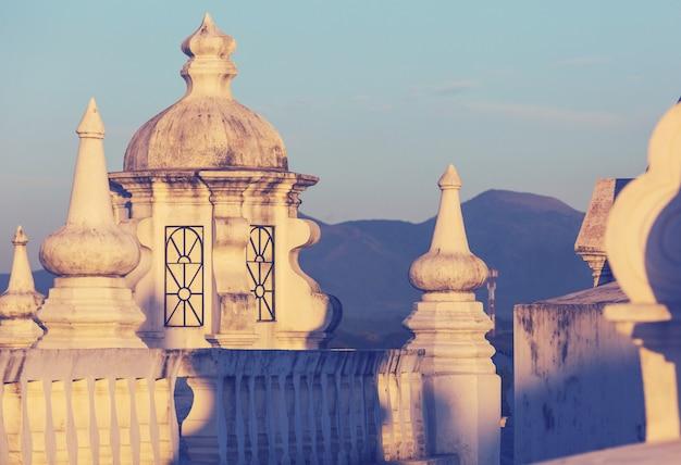 Arquitetura colonial na cidade de leão, nicarágua Foto Premium