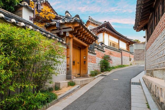 Arquitetura coreana tradicional do estilo na vila de bukchon hanok em seoul, coreia do sul.