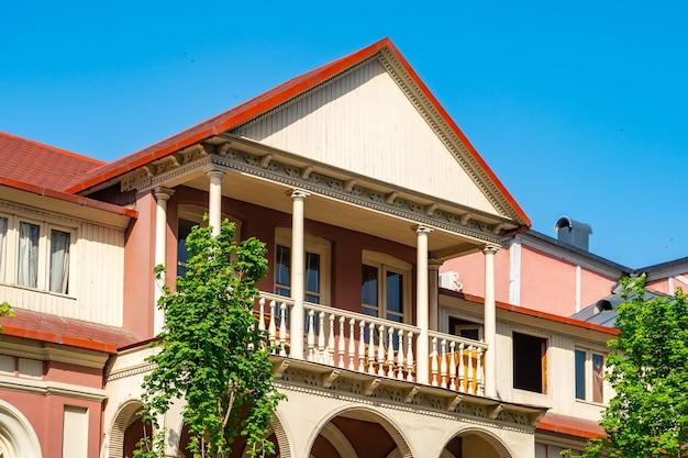 Arquitetura da antiga tbilisi, exterior de casas antigas com varanda de madeira, rua agmashenebeli.
