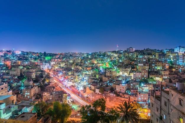 Arquitetura da cidade amman do centro no crepúsculo, vista panorâmica do monte da citadela.