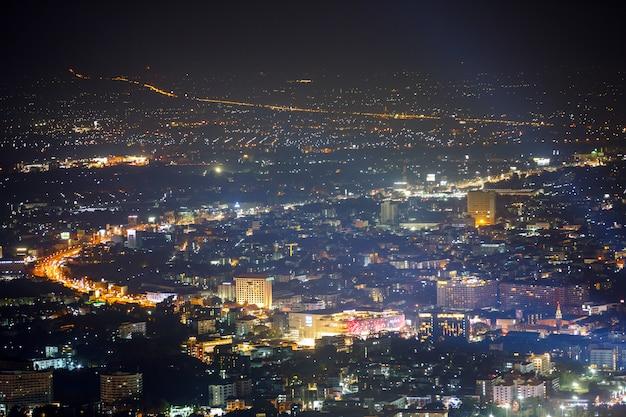 Arquitetura da cidade da noite no ponto de opinião superior da montanha, chiang mai, tailândia