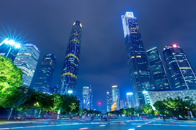 Arquitetura da cidade dos arranha-céus de guangzhou iluminada à noite. guangzhou, sul da china.