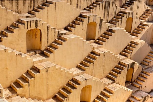Arquitetura das escadas no stepwell do baori de abhaneri em jaipur rajasthan india.